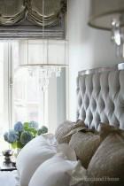 Ideas para cabeceras elegantes tapizada con el detalle de lampara al lado y un arreglo floral sobre la mesita de noche