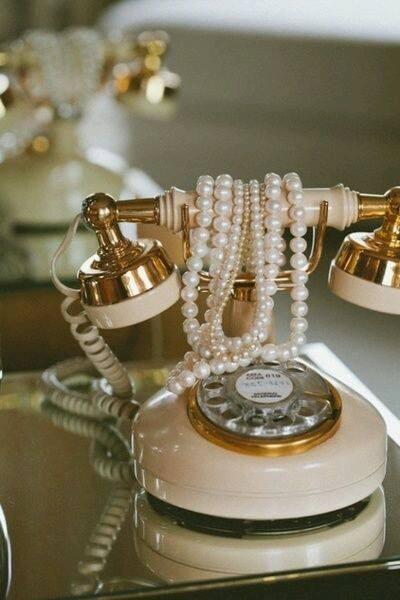 Ideas de decoracion glamurosa con telefono y perlas vintage