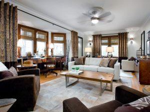 salas decoradas en blanco y cafe por Candice Olson