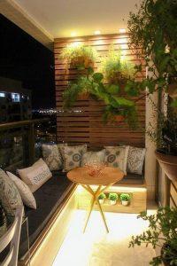 como decorar terrazas pequeñas con sillones de madera