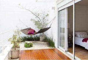 terraza con jardin pequeño en casas de infonavit de dos pisos