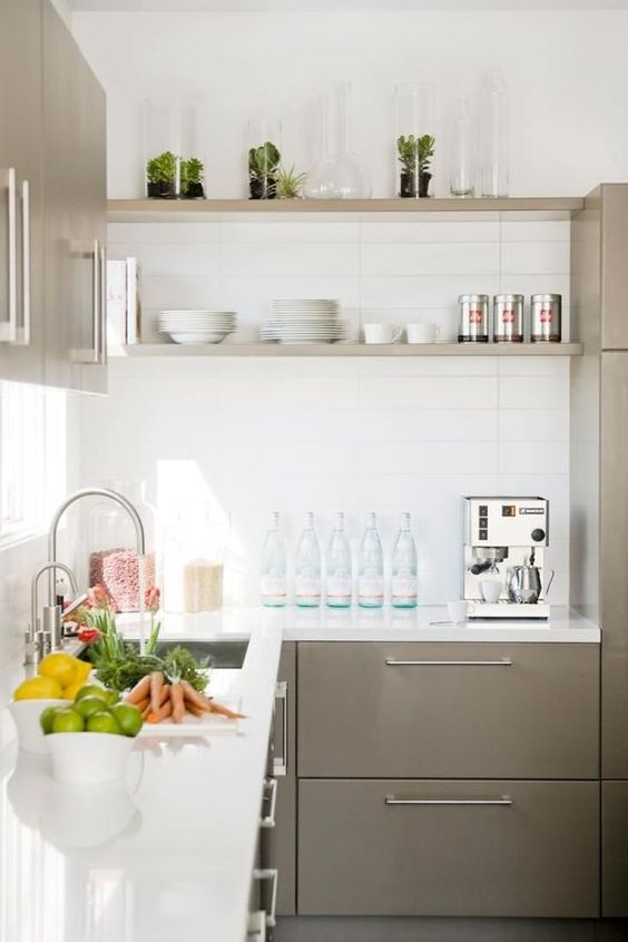 Diseño de cocinas en L con repisas