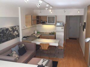 Sala comedor cocina pequeño en tonos claros