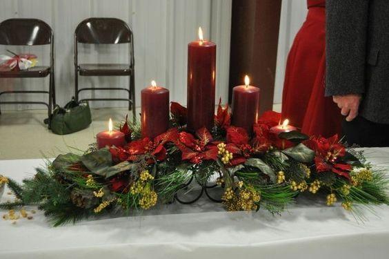 Centros de mesa navideños en bases metálicas con noche buenas
