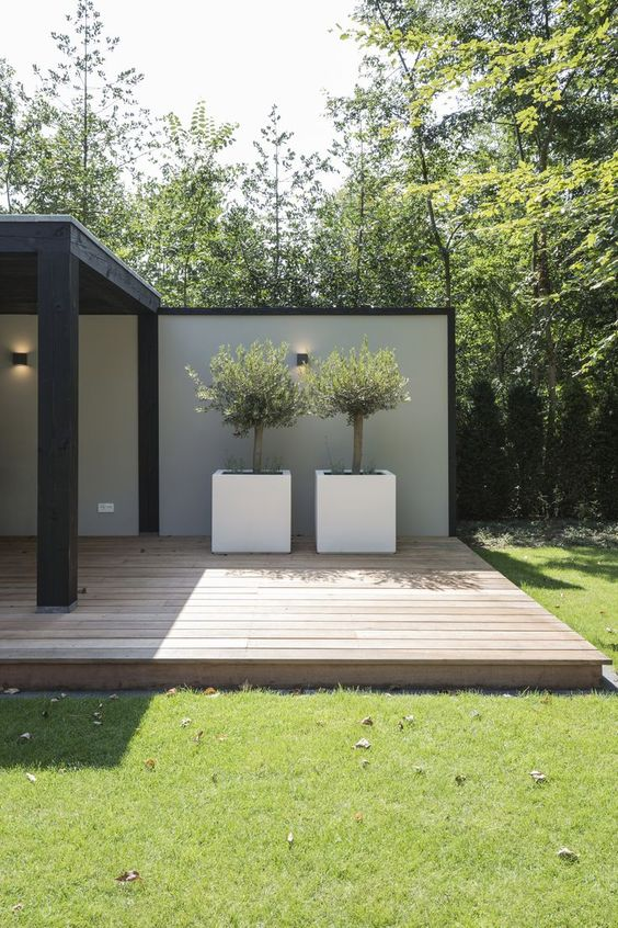deck de madera clara para patios