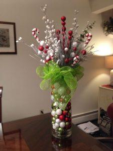 centros de mesa navideños rojos con jarrones