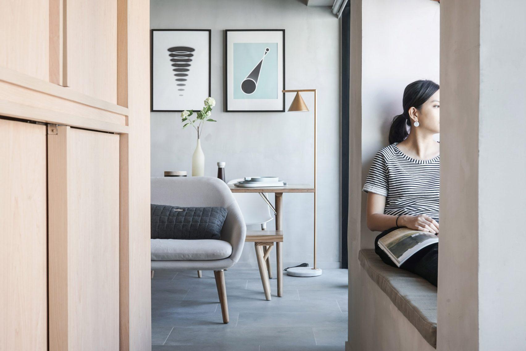 Área de lectura ventana en departamento de 32 metros cuadrados