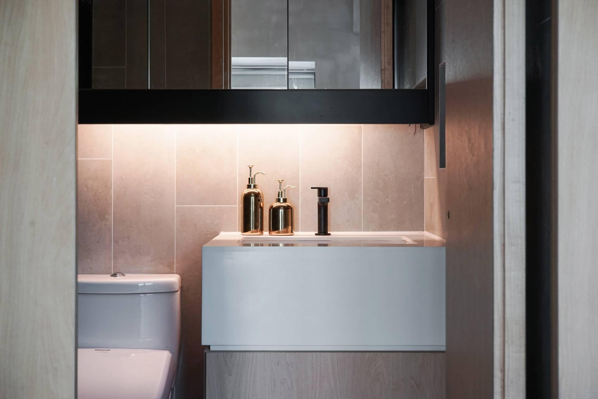Baño y gabinetes superiores