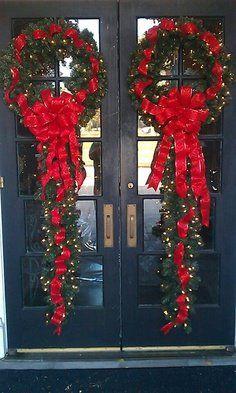 Decoración navideña idéntica para puertas dobles