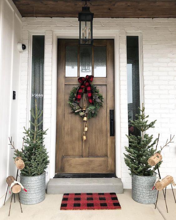 Decoración sencilla con corona para puerta con temática navideña