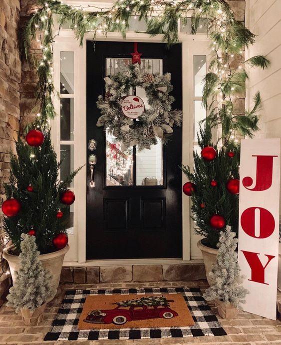 Esferas y guirnalda para temática navideña de puerta
