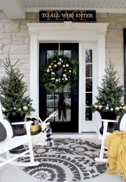 Estilo natural para decoración navideña en puertas