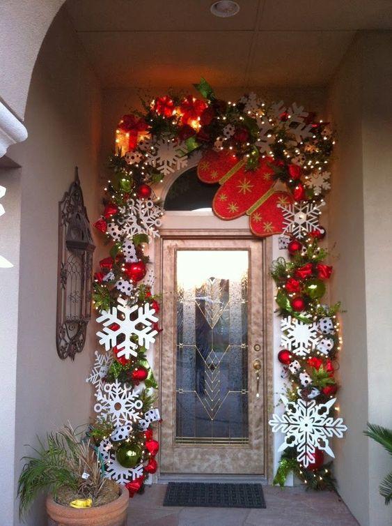 Props de conos de nieve para decoración navideña en puerta de entrada