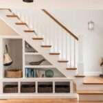 Diseña estanterías en el hueco de la escalera