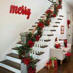 Área de las escaleras rojo, verde y dorado