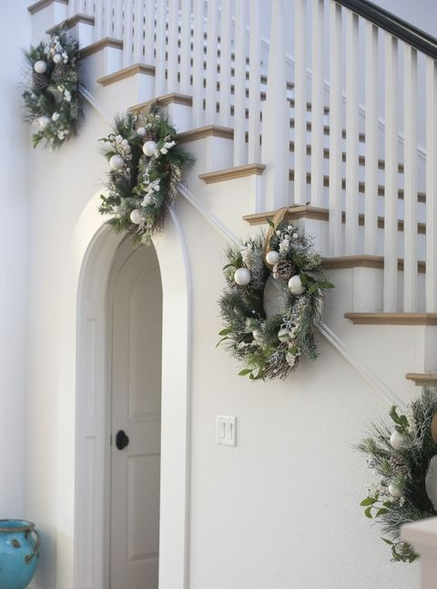 Como decorar el área de las escaleras en navidad color blanco