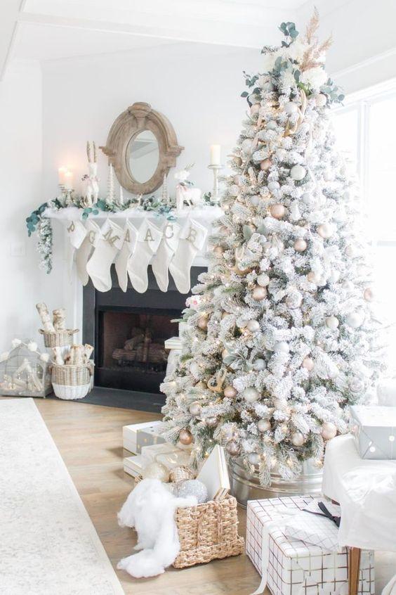Árboles de navidad en blanco