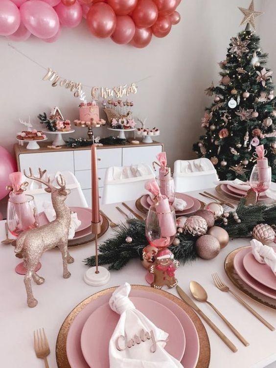 Mesa para la cena navideña rosa con dorado