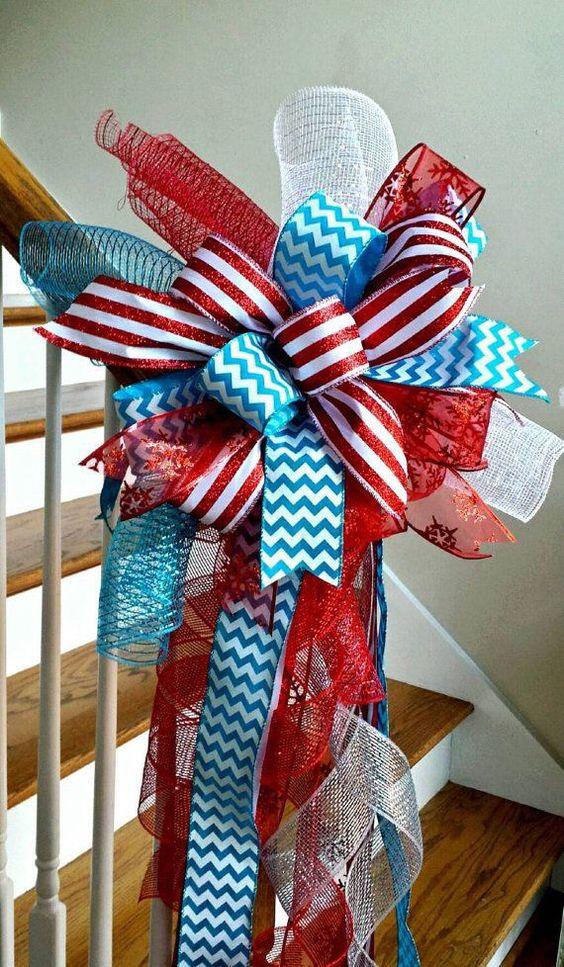 Decoración navideña azul y rojo para el área de las escaleras