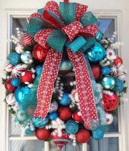 Coronas navideñas azul turquesa con rojo