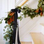 decoracion del area de la escalera para navidad en negro