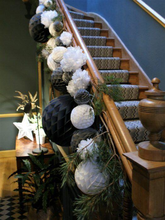 Decoración del área de la escalera para navidad en negro