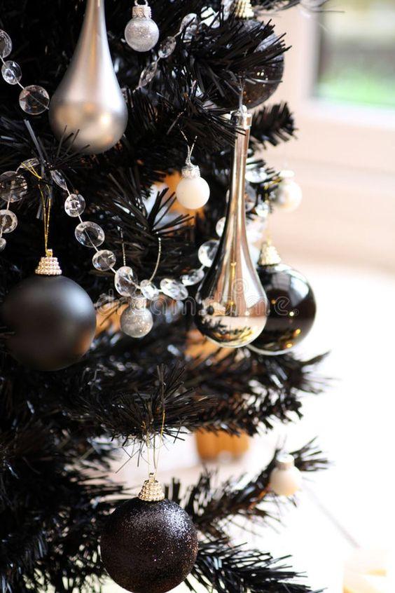 Arboles de navidad decorados en color negro