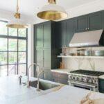 Ideas para decorar tu cocina con mármol y color dorado