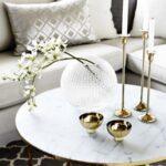 Salas de estar decoradas con mármol y color dorado