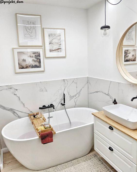 Baños decorados con detalles de mármol y color dorado