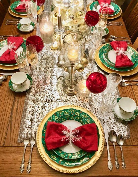 Mesa navideña color rojo, verde y dorado