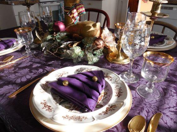 Mesa para la cena navideña plata con morado