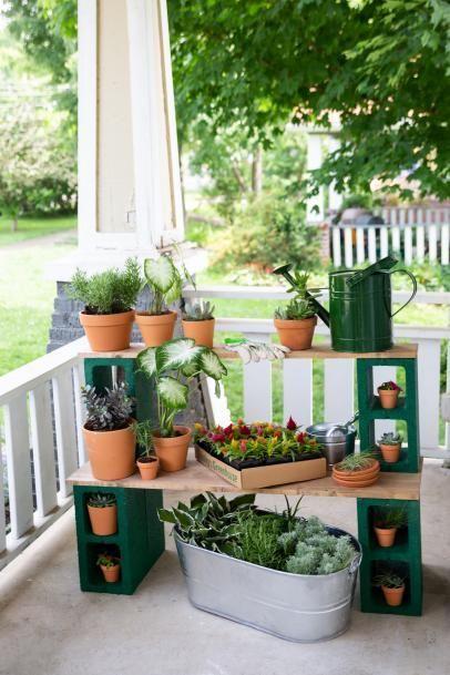Repisas hechas con bloques de concreto para el jardín